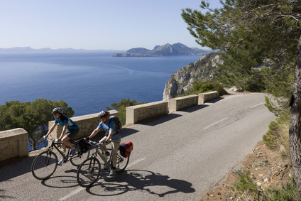 Spanien, Mallorca, Mann und Frau, Radfahren auf der Strae bei Cap de Formentor